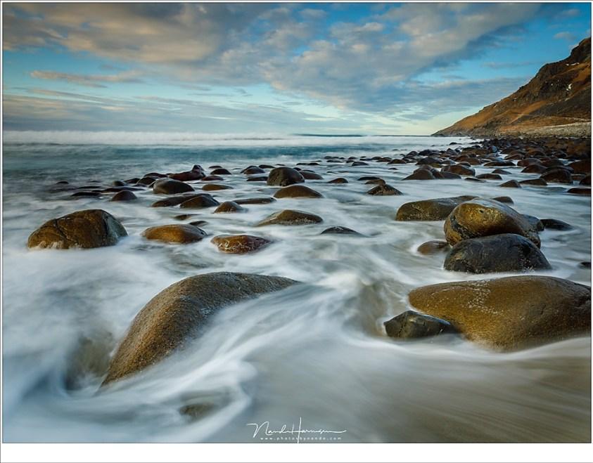 De rotsen van het strand van Unstad (24mm | ISO200 | f/11 | t=2,5sec met 2 stop soft GND)