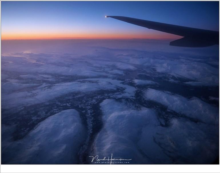 Op weg naar de luchthaven Evenes, met Noorwegen ver in de diepte, gehuld in de avondschemering.