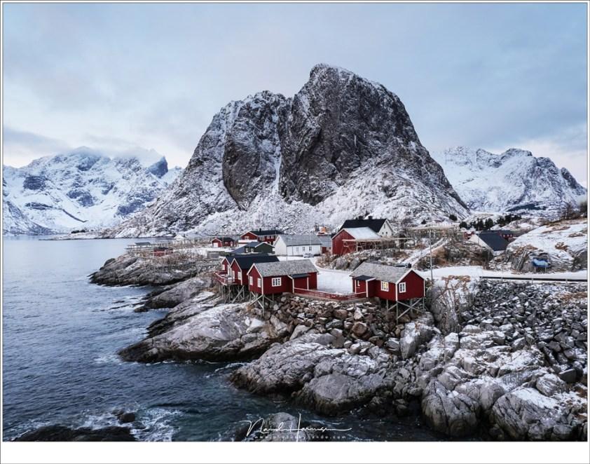Het klassieke uitzicht op Hanmøy met de berg Festhelltinden op de achtergrond