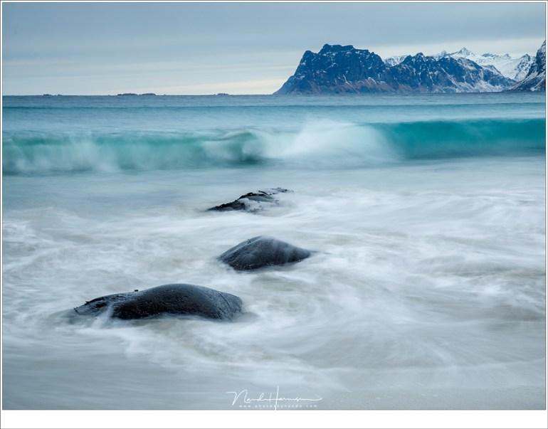 De branding op het strand van Myrland met de ijzige helderblauwe golven (53mm   ISO100   f/16   t=1sec met 2 stops soft GND)