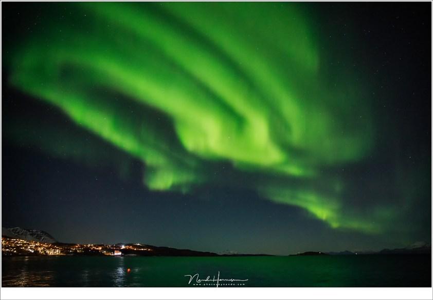De laatste avond in Harstad, met een prachtige show boven de fjord (24mm | ISO6400 | f/2,8 | t=1sec)