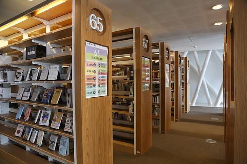 高雄圖書館總館五樓「YO青少年書區」:上萬冊的圖書+五星級的閱讀空間