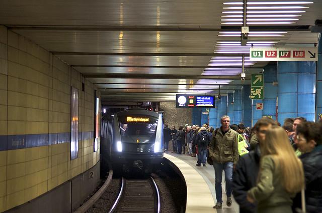 Erster Fahrgasteinsatz im Stadtzentrum: C2-Zug 713 erreicht auf der Fahrt nach Garching den U-Bahnhof Sendlinger Tor (Bild: Frederik Buchleitner)