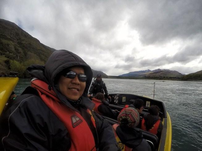 Jetboat driver tengah bagi briefing kat tengah-tengah sungai