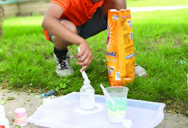 Foaming Slime Experiment - Fig. 1 - Add the detergent and baking soda to the water