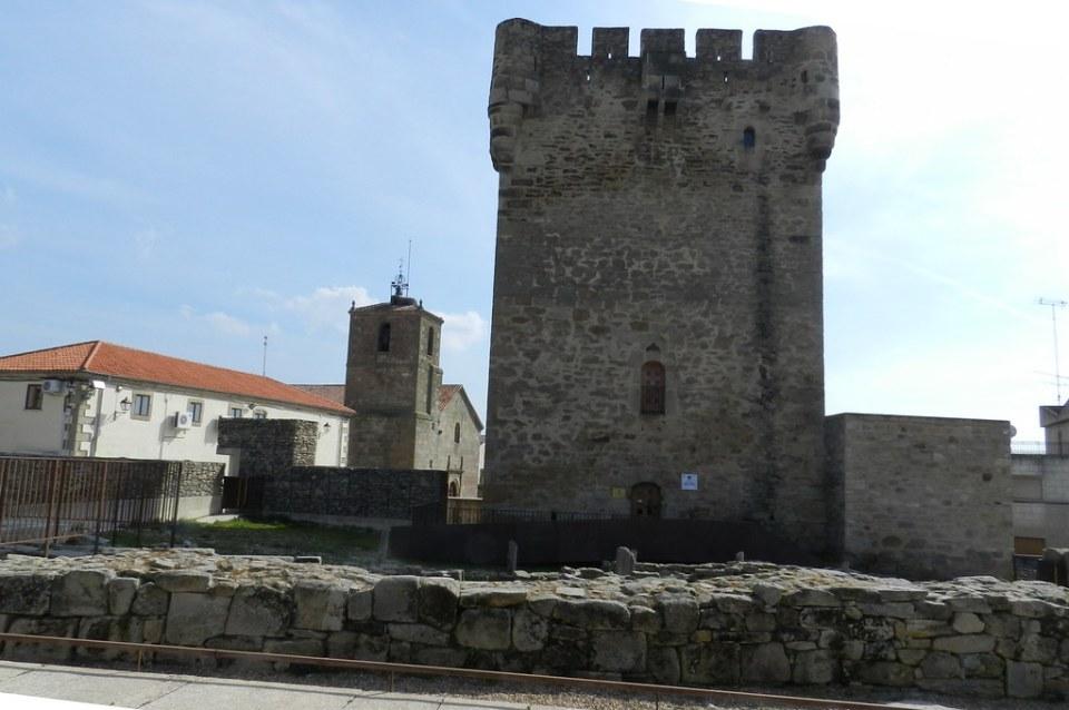Castillo Torre del Homenaje e Iglesia Santiago Apostol Sobradillo Salamanca 03