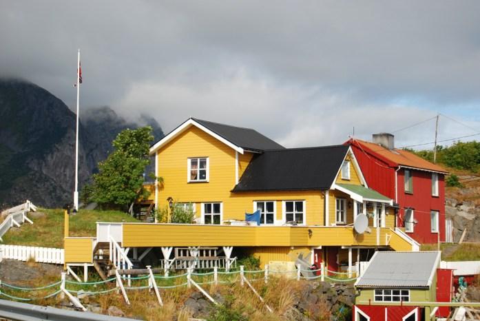 Casa de colores vivos en Henningsvær, Lofoten, Noruega