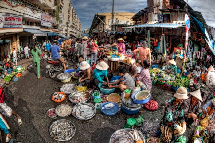 Busy people in wet markets around Cholon