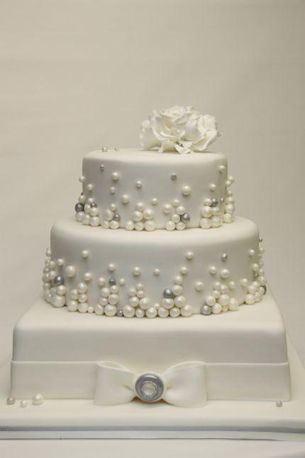 v moderne elegante Hochzeitstorte wei mit Perlen