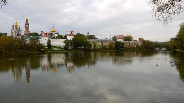 P1020549 Russie, Moscou, le Grand Étang (Bolchoï proud) du monastère Novodievitchi dont on voit le côté nord-ouest de l'église-porche de la Transfiguration juaqu'à la tour à Facettes; la tour-clocher et les bulbes de la cathédrale de la Vierge-de