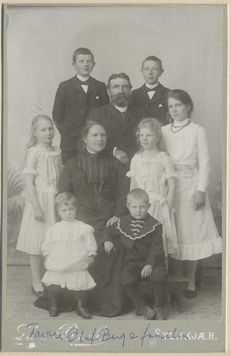 Olaf og Tine Berg med familie  Olaf Berg f 1855 i