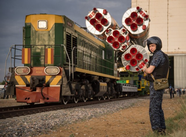 Expedition 48 Soyuz Rollout (NHQ201607040103)