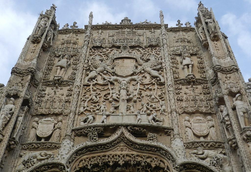 Portada escudo Reyes Catolicos Colegio San Gregorio Museo Nacional Esculturas Valladolid 03