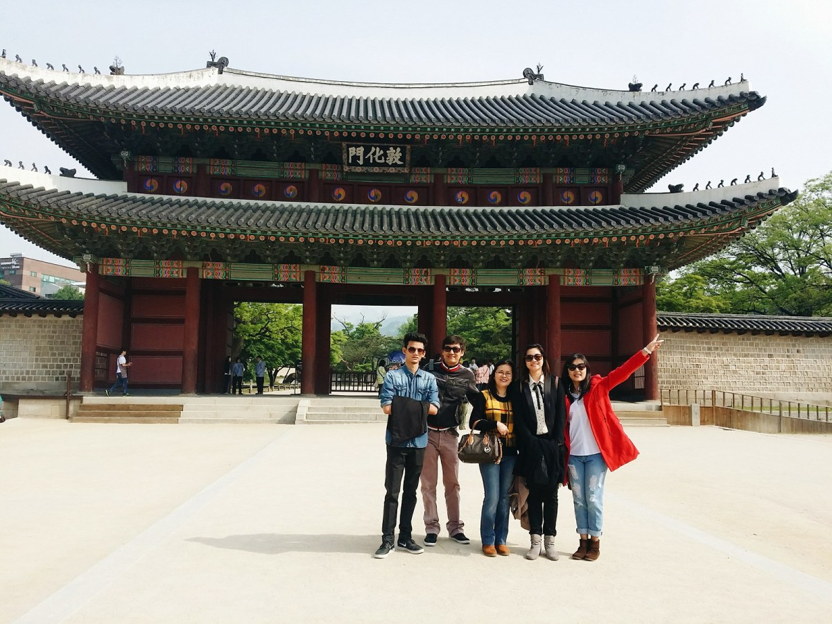 A family in front of the entrance gate of Changdeokgung Palace