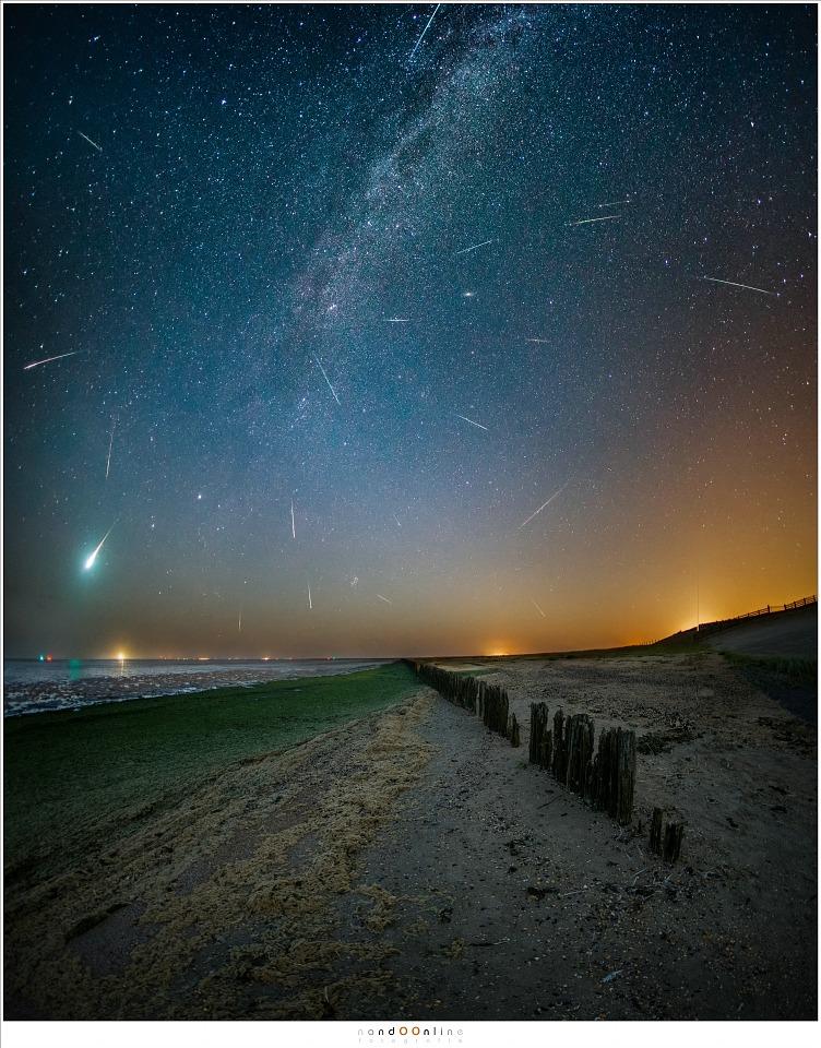 Ruim anderhalf uur fotograferen heeft tijdens het maximum ongeveer 17 Perseïden opgeleverd (en 2 of 3 andere), waaronder een prachtige bolide (15mm fisheye - ISO6400 - f/2,8 - t=15sec - vertikaal panorama van drie opnamen + compilatie van alle opnamen met een meteoor)