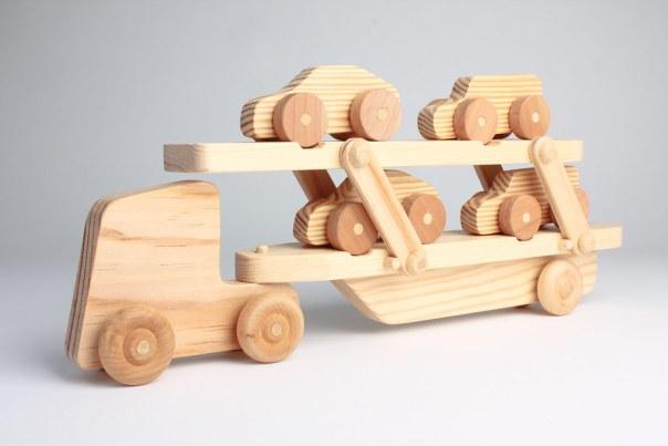 Grúa de madera con coches de juguete