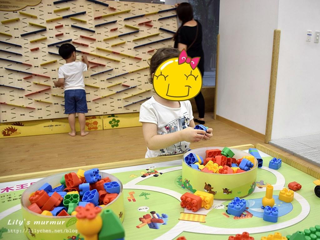 小妮正在玩軟積木,這區真的很好玩!