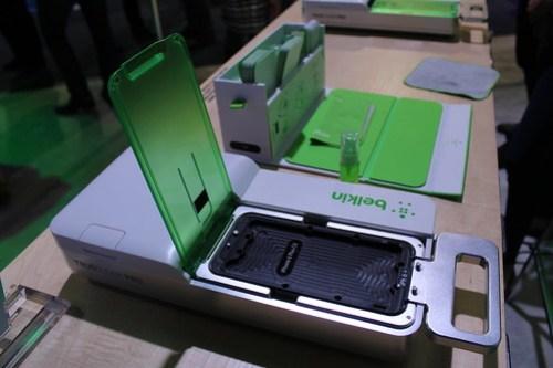 Este es el Belkin TrueClear Pro Advance Screen Care, un dispositivo para colocar el protector de pantalla a tu móvil sin preocuparte que quede con burbujas, algún rastro de polvo o desnivelado.