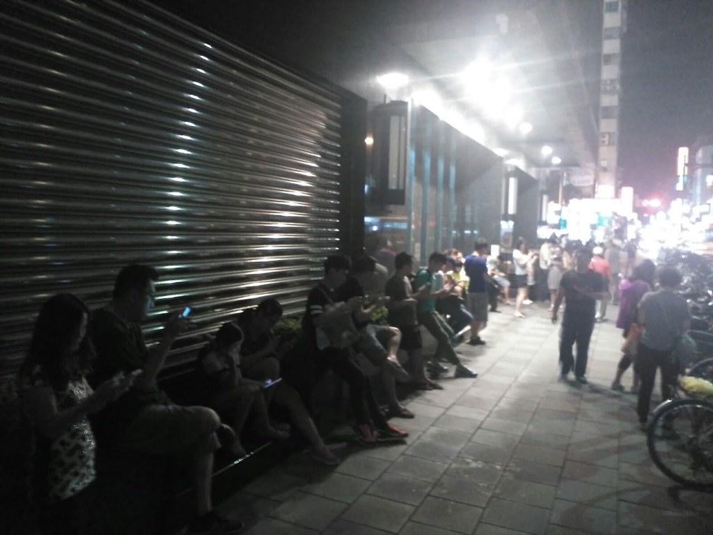 Jugadores cazando Pokémon en las calles del centro de Taipei (¡Gracias a Joyce por la foto!)