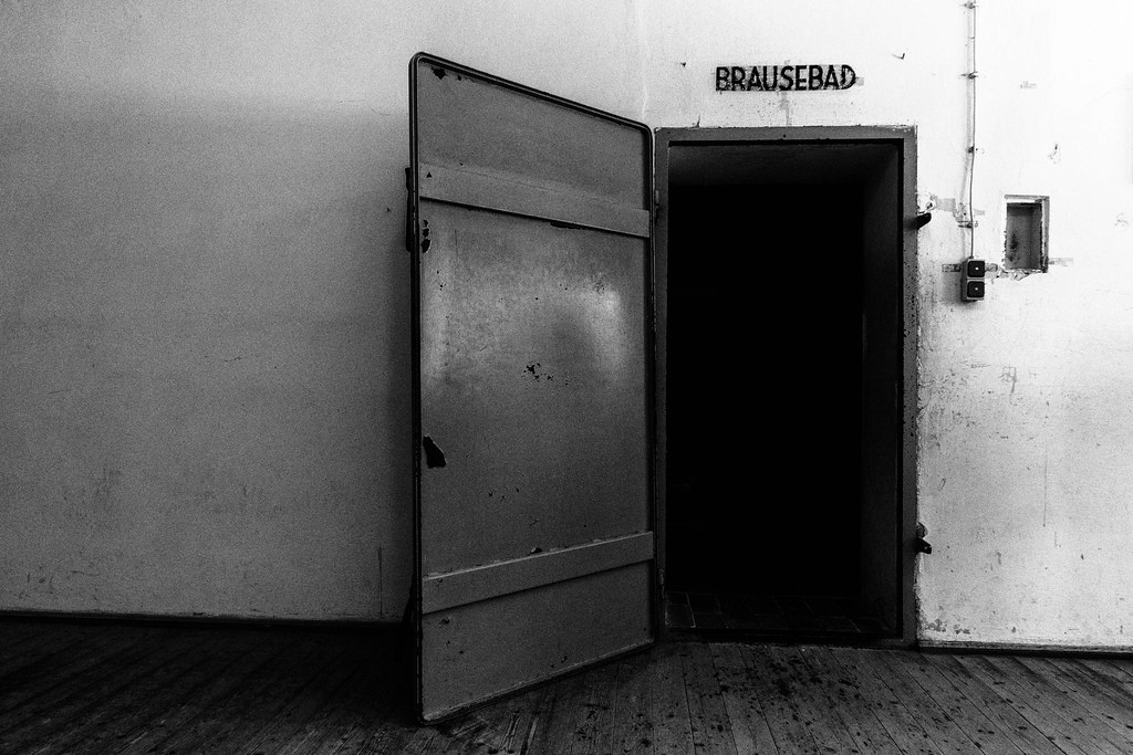 Brausebad  Der Eingang zur Gaskammer im KZ Dachau  The