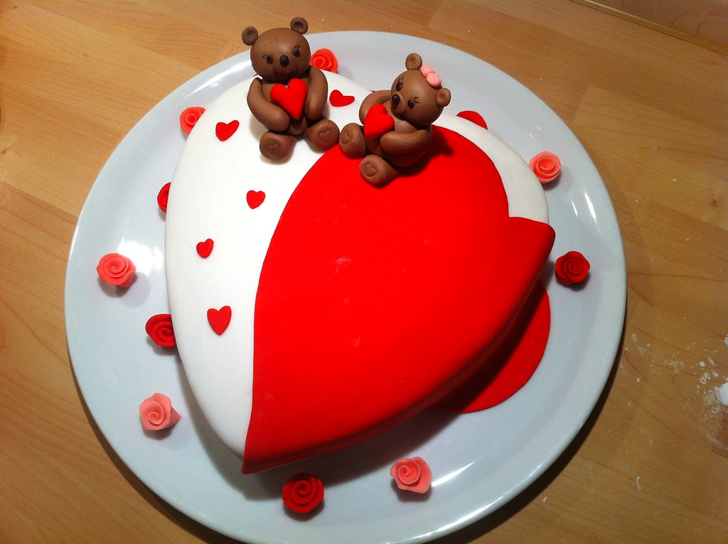Valentinstag Torte mit Brchen aus Fondant  Herz in wei