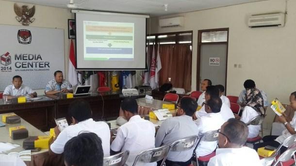Komisioner dan Pegawai KPU Tulungagung mendengarkan paparan dari Pimpinan BPJS Kesehatan(6/9)