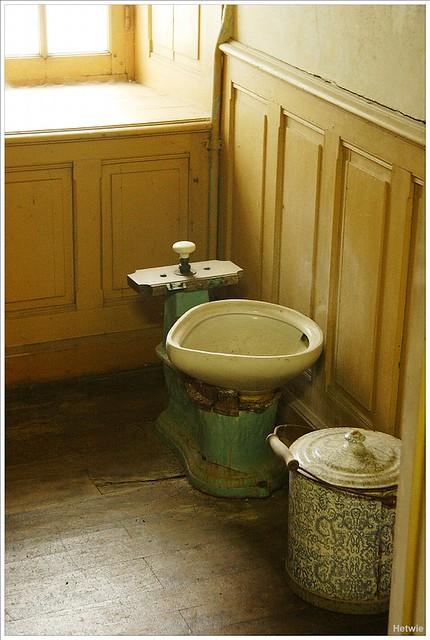 Toilet in Manoir de Kerazan in Loctody France (rond 1900)