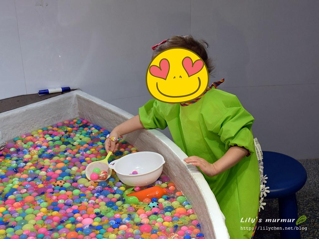 正在開心撈魚撈小球的小妮