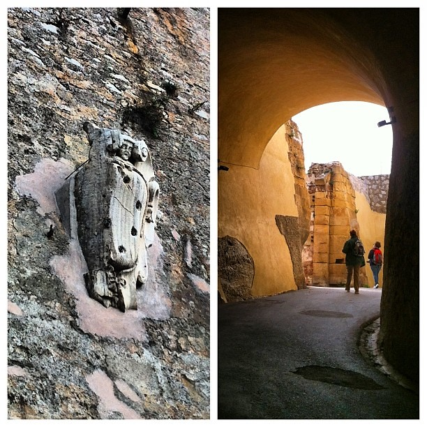 Quel che resta dello stemma mediceo ci accoglie all'ingresso dell'antica Cosmopolis: Portoferraio e la sua fortificazione, nata per volere di Cosimo I de' Medici