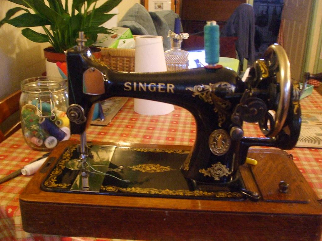 THE LEGEND Vintage Singer hand crank sewing machine  Flickr