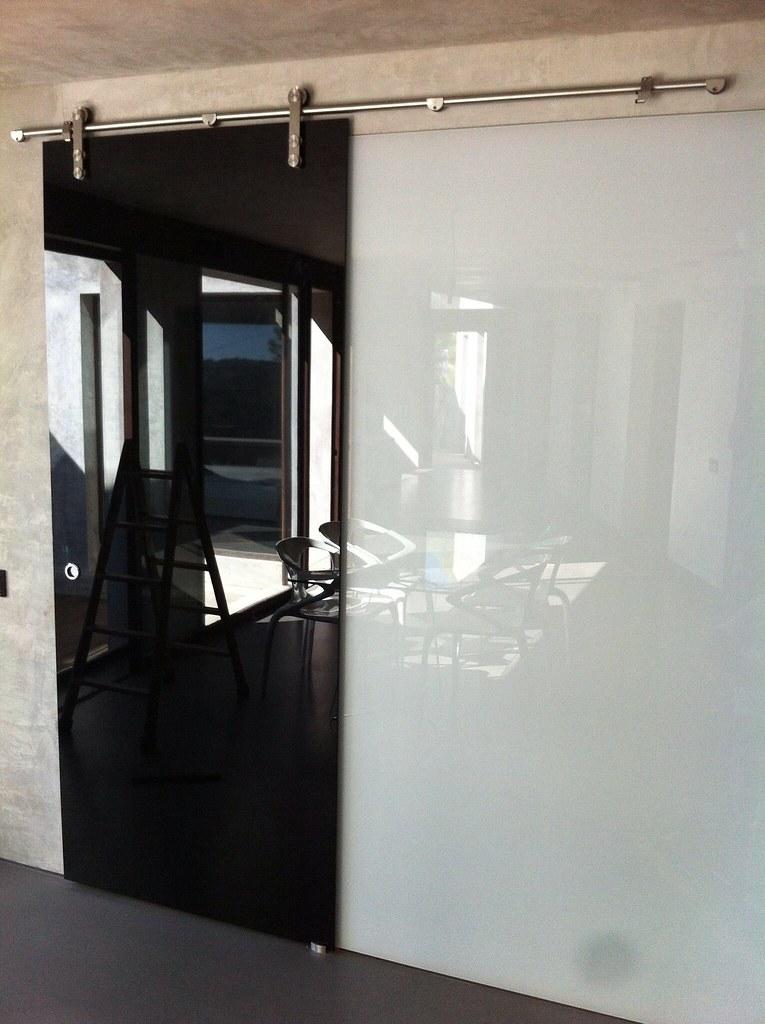 Puerta corredera con cristal lacobel negro laminado y pare