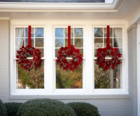 2059501_Magno049 | Close-up of three Christmas wreaths ...