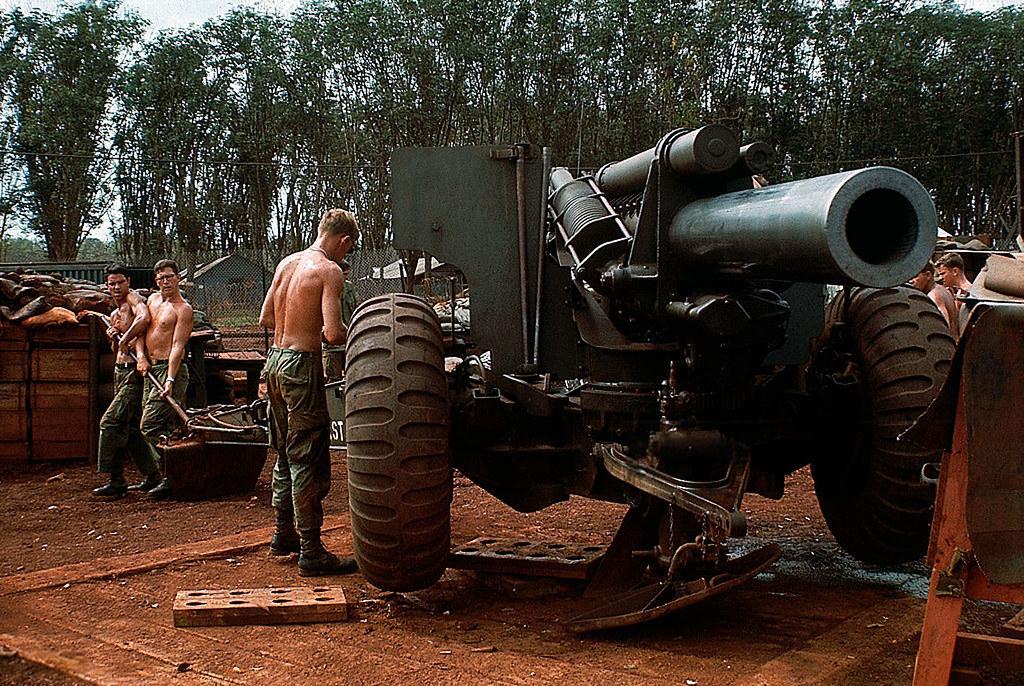 Vietnam War 1969 QUAN LOI Soldiers Check Out Heavy Art