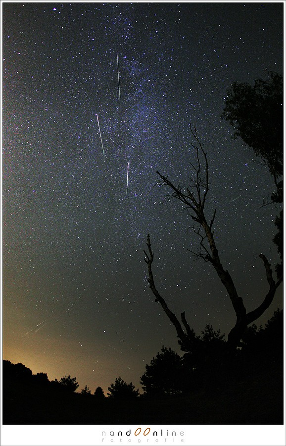 Een aantal Perseïden uit 2012. Scherpstellen moet je op de sterren doen voor het beste resultaat. Bij gebruik van extreme groothoek krijg je dan een voorgrond altijd wel scherp in beeld. (EOS 5D met EF 15mm f/2,8 fisheye | ISO1600 | f/2,8 | 15 sec)
