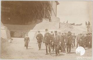 Foto de principios de ¿1904? en la que se ve a Alfonso XIII en visita al Polígono de Prácticas de Aerostación de Guadalajara, pasando frente al hangar de globos...