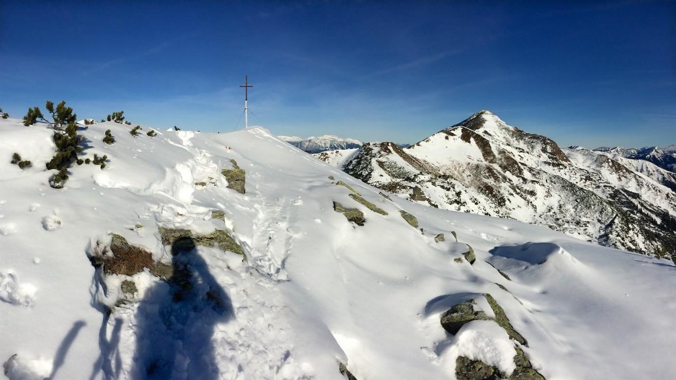 Na hřebínku je vidět, že je sněhu žalostně málo