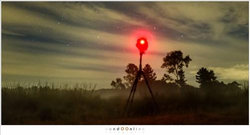 De camera staat opgesteld. Nu is het wachten in de hoop dat er een vallende ster door het beeld komt. Helaas zijn er erg veel wolken waardoor de kans erg klein wordt. (Fujifilm X100t - ISO6400 - f/2 - t=5sec)
