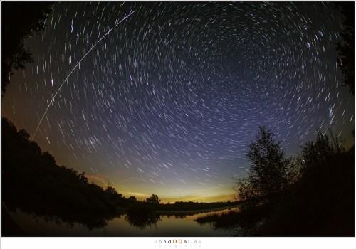 De doorgang van ISS, niet te verwarren met vallende sterren of vliegtuigen. Vijftien foto's van 10 seconden waren nodig om dit stuk sterrenhemel te overbruggen. De snelheid is zo groot dat de tijd tussen de foto's in (minder dan een seconde) een onderbreking in het spoor veroorzaakt. Voor de sterrensporen zijn ongeveer 60 foto's gebruikt. (EOS 5D mark III + EF 15mm f/2,8 fisheye - ISO6400 - f/2,8 - serie van 10sec opnames)