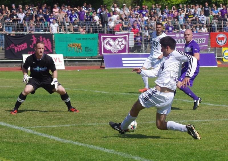 Tennis Borussia Berlin vs. BSV Eintracht Mahlsdorf: Kian Niroomand im Angriff, hinten Arafa El-Moghrabi