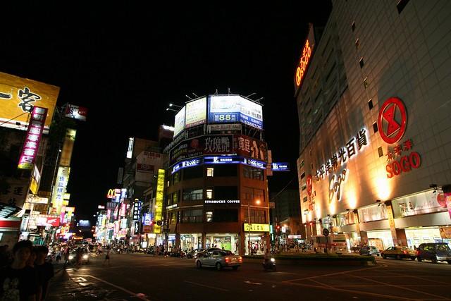 新竹市區夜景   新竹火車站前,旁邊的廣場剛剛辦完 S.H.E 的簽唱會。   Ocean's Eleven   Flickr