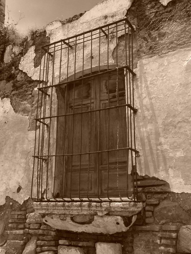 Ventana de una derruida casa colonial en Antigua Guatemala  Flickr
