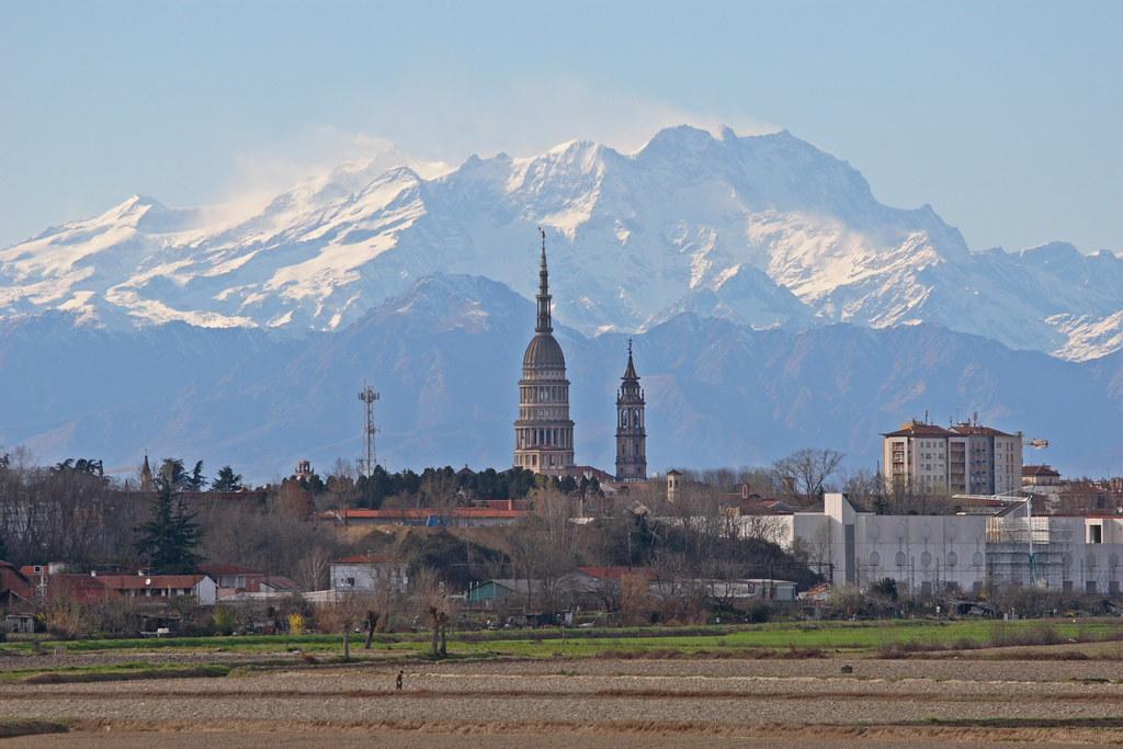 Novara con il Monte Rosa sullo sfondo  Novara e Monte