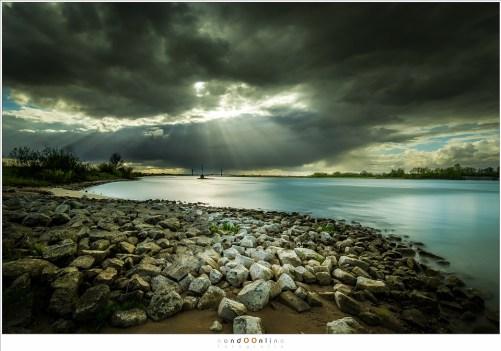 Als de wolken breken weten de stralen van de zon de Aarde te bereiken. Prachtige zonnenharpen tooien het landschap.