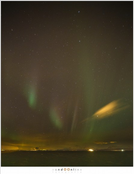Vaag zichtbaar in de lucht: het Noorderlicht. De eerste foto die ik ooit van het Noorderlicht gemaakt heb en waarmee ik al dolgelukkig was. Wist ik veel dat het niets voorstelde met wat ons nog zou wachtten.