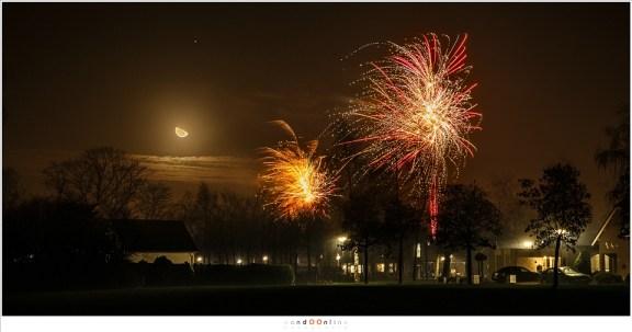Een heldere nacht: vuurwerk en een opkomende maan