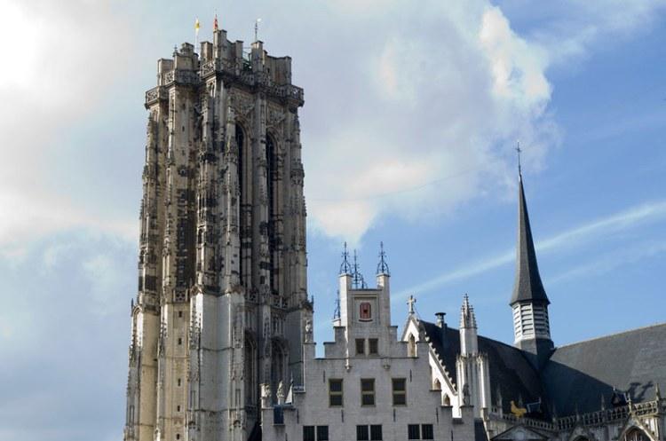 Sint-Romboutstoren in de stad Mechelen