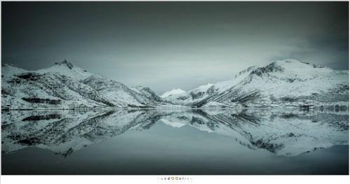 De meren tussen de bergen zijn bij het rustige winterweer bijna perfecte spiegels. De rust en stilte van deze landschappen zijn bijna oorverdovend stil. Geen geluiden van steden, industrie of het geraas van de auto's op snelwegen te horen. Alleen de wind en het gekrijs van een zeearend