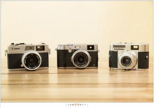Drie generaties rangefinder camera's; Voigtländer Vito BL (links), Canonet 28 (rechts) en de Fuji X100t (midden). Alleen de Voitländer is geen echte rangefinder.