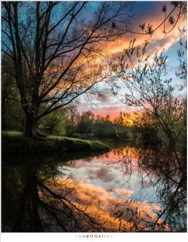 Een laatste cadeau van de natuur: prachtige kleuren ontstaan in de wolken als de zon achter de horizon verdwijnt. Het einde van een dag vol grillige Nederlandse luchten