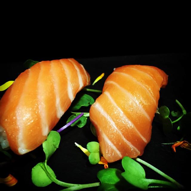 Sushi nigiri de salmón o nigiri sake